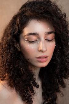 Retrato feminino com maquiagem de pérolas
