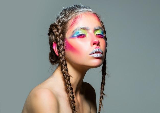 Retrato feminino de arte. penteado de tranças de mulher sexy. rosto e cuidados com a pele, penteado e cabeleireiro. menina com tranças. menina da beleza e da moda. penteado moderno.
