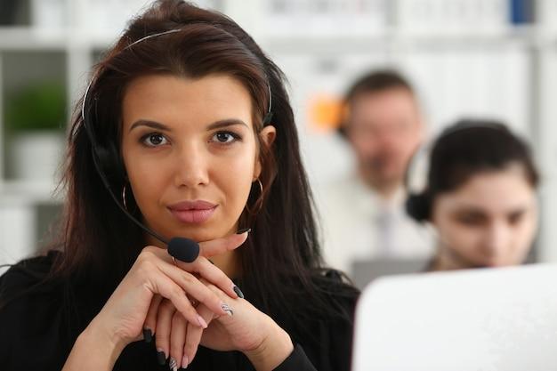 Retrato feminino de operadora de call center