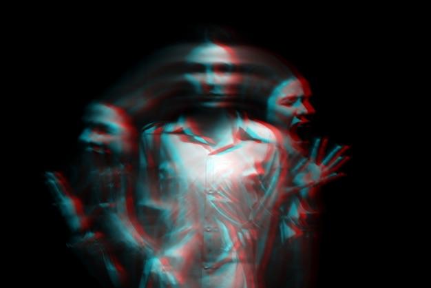 Retrato feminino embaçado abstrato de um psicótico com transtornos bipolares e esquizofrênicos com iluminação vermelha em um fundo preto. preto e branco com efeito de realidade virtual de falha 3d