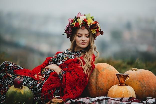 Retrato feminino. encantadora mulher grávida em vestido longo e vermelho s