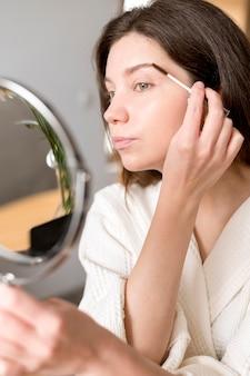Retrato feminino fazendo compensar as sobrancelhas