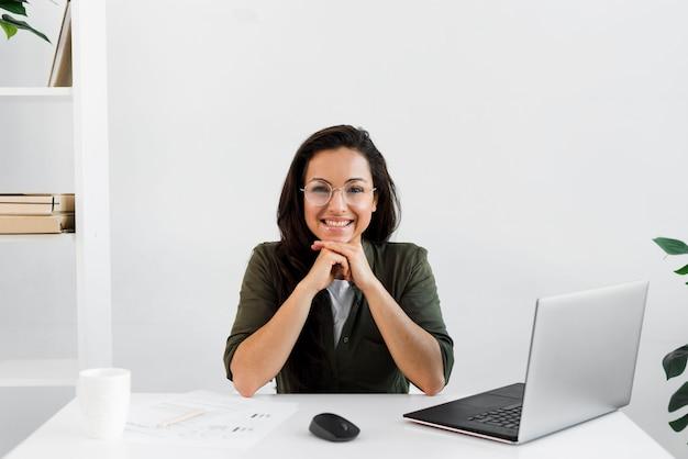 Retrato feminino no escritório