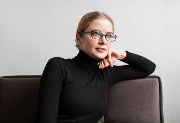 Retrato feminino no sofá