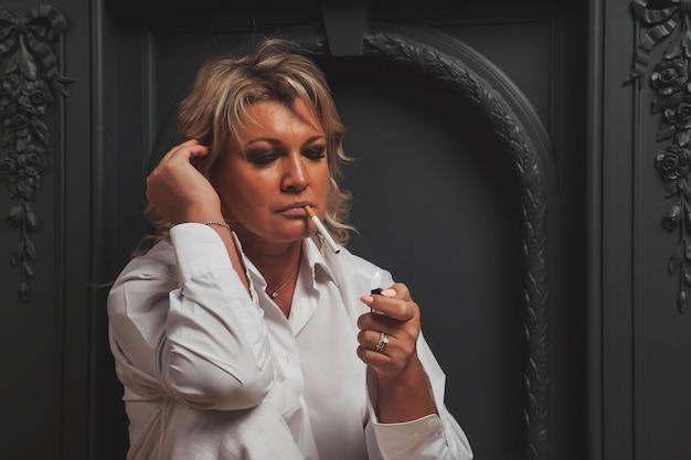 Retrato foto bonito de meia idade mulher loira de 45 anos em quarto doméstico.