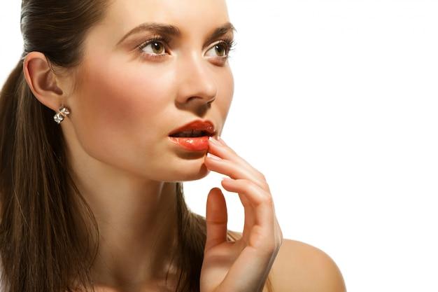 Retrato foto mulher pensativa, segurando a mão perto do rosto
