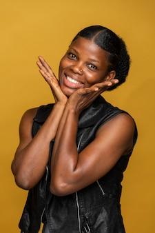Retrato frontal de mulher africana feliz