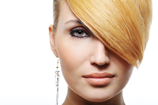 Retrato frontal de uma linda mulher loira com penteado criativo