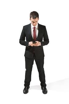 Retrato frontal do empresário com cara séria.