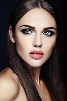 Retrato glamour sensual da senhora modelo linda mulher com maquiagem diária fresca com cor de lábios nus e rosto de pele saudável limpa