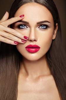 Retrato glamour sensual da senhora modelo linda mulher com maquiagem diária fresca com lábios cor de rosa cor e rosto de pele saudável limpa