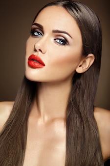 Retrato glamour sensual da senhora modelo linda mulher com maquiagem diária fresca com lábios vermelhos cor e rosto de pele limpa e saudável