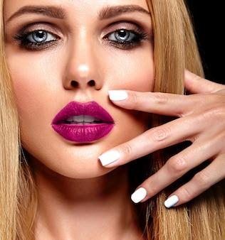 Retrato glamour sensual da senhora modelo linda mulher loira com maquiagem diária fresca com lábios cor de rosa e pele limpa e saudável