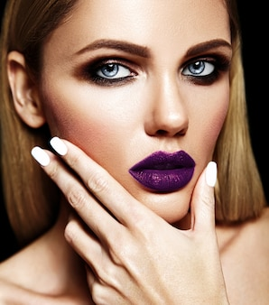 Retrato glamour sensual da senhora modelo linda mulher loira com maquiagem diária fresca com lábios roxos escuros cor e pele limpa e saudável