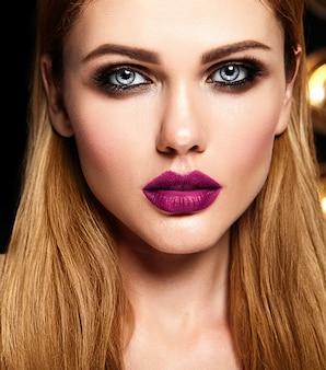 Retrato glamour sensual do modelo de mulher bonita com maquiagem diária fresca com lábios cor de rosa escuros cor e rosto de pele limpa e saudável