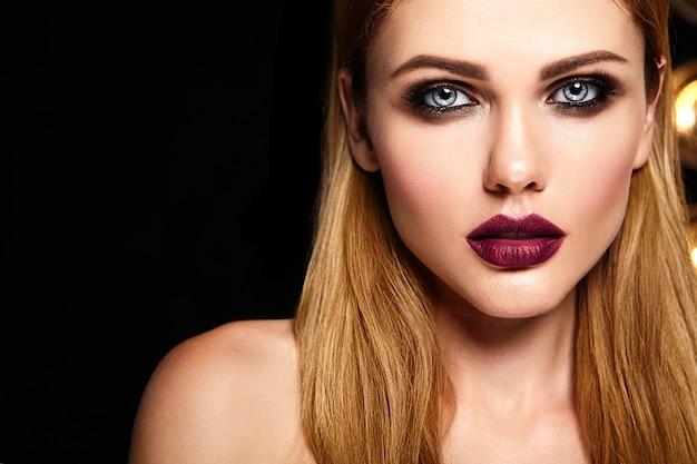 Retrato glamour sensual do modelo de mulher bonita com maquiagem diária fresca com lábios vermelhos escuros cor e rosto de pele limpa e saudável