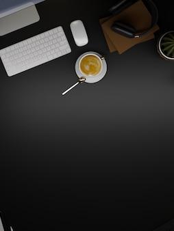 Retrato hipster escuro espaço de trabalho computador café fone de ouvido decoração cópia espaço em fundo preto