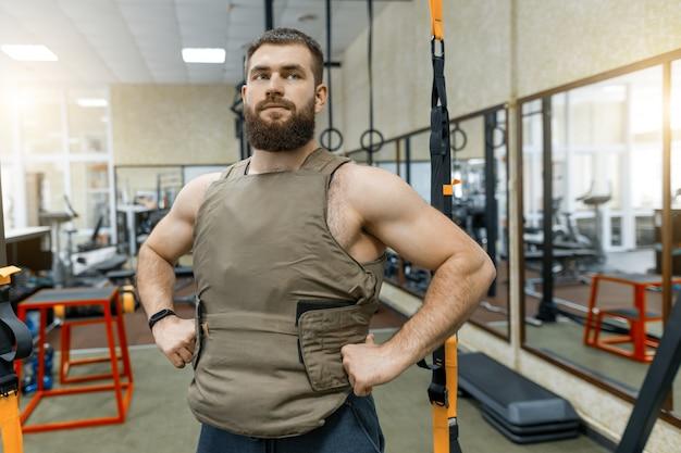Retrato homem caucasiano barbudo muscular