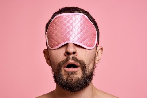 Retrato homem com máscara de dormir
