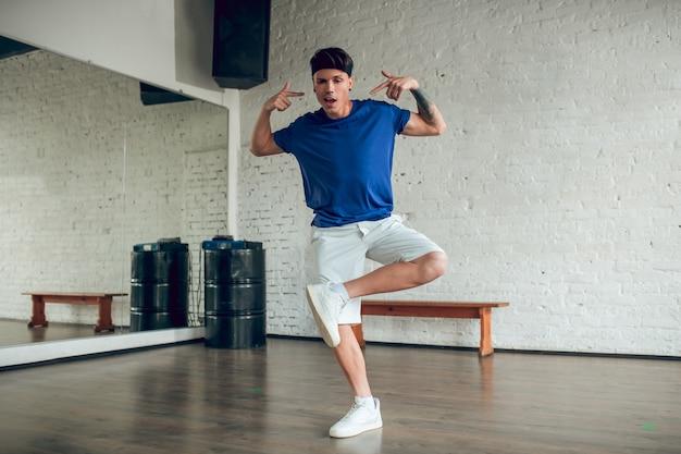 Retrato homem dançando
