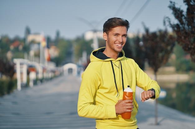 Retrato homem esportivo bebendo água