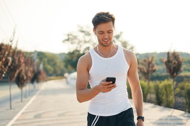 Retrato homem esportivo com celular