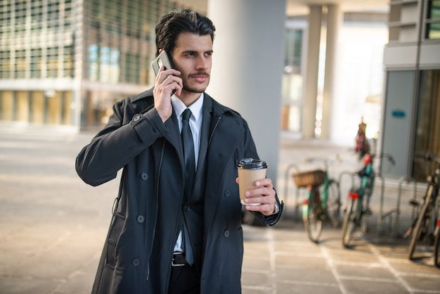 Retrato, homem negócios, segurando, xícara café