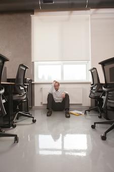 Retrato homem no escritório