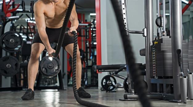 Retrato homem treinando na academia