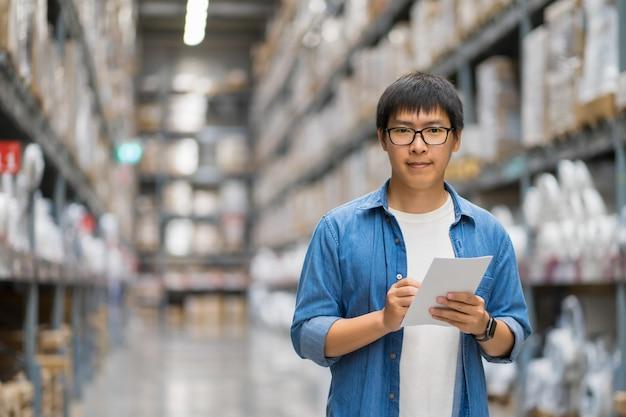 Retrato homens asiáticos, funcionários, contagem de produtos warehouse control manager