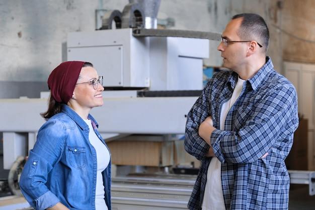 Retrato industrial de dois homens e mulheres trabalhadores
