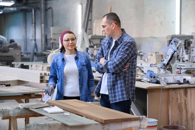 Retrato industrial de homens e mulheres que trabalham, pessoas conversando no trabalho