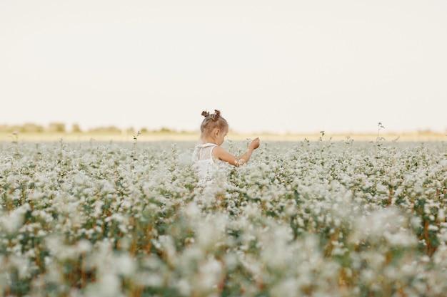 Retrato infantil de uma menina. garota linda em um campo de floração. menina jovem, jogo, em, primavera, dandelion, campo