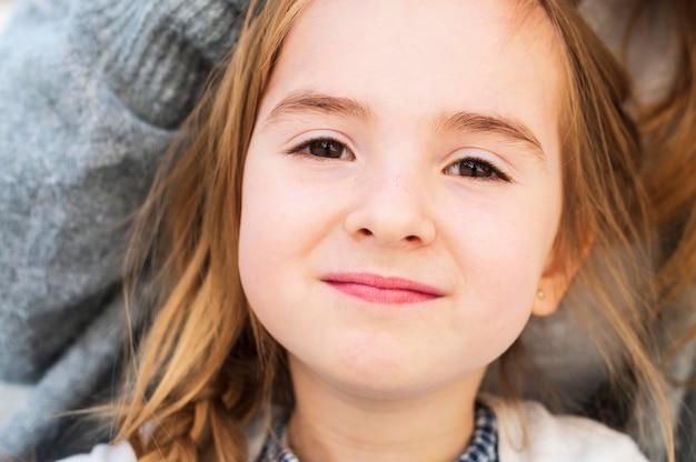 Retrato inocente adorável da menina acima