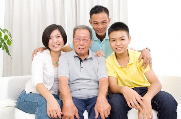 Retrato interior da bela família asiática 3 gerações