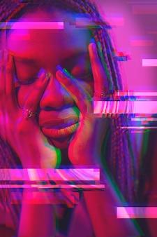 retrato interior de mulher em estilo vaporwave