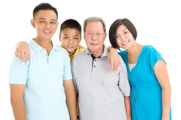 Retrato interno da família asiática bonita de 3 gerações sobre o fundo branco