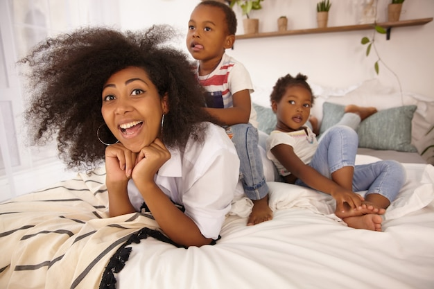 Retrato interno de família se divertindo