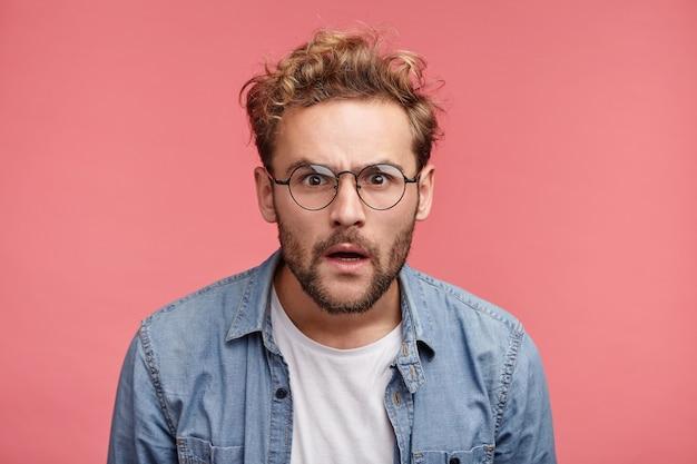 Retrato interno de jovem barbudo com penteado da moda