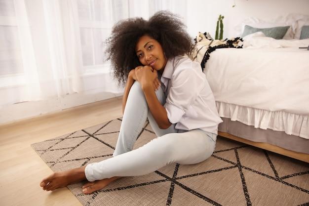Retrato interno de mulher no chão