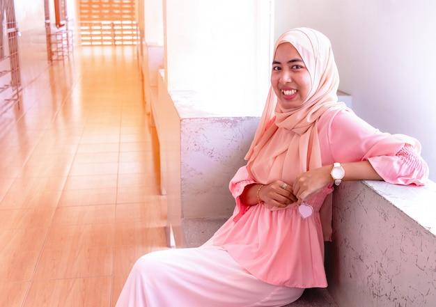 Retrato islâmico novo da mulher. na manhã está sentando-se e está muito feliz.