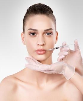 Retrato isolado do close up de mulher jovem e bonita. procedimento de beleza. tratamento de beleza