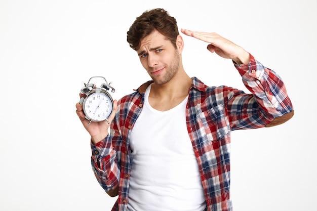 Retrato, jovem, atraente, homem, segurando, despertador