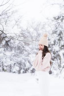 Retrato, jovem, bonito, mulher asian, sorrizo, viagem feliz, e, desfrute, com, neve, inverno, estação