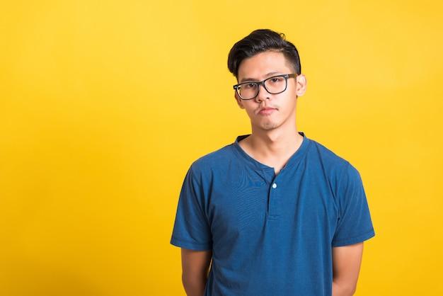 Retrato jovem bonito usar óculos, conceito de beleza masculina da moda