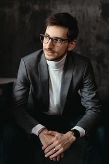 Retrato jovem, confiante empresário de óculos