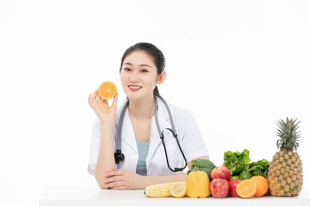 Retrato, jovem, femininas, nutricionista, segurando, fruta