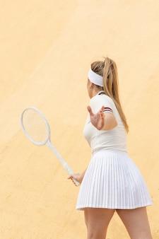 Retrato jovem jogando tênis