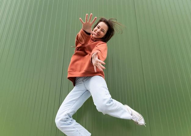 Retrato jovem linda mulher pulando