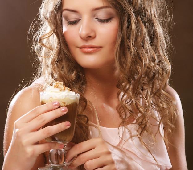 Retrato, jovem, loiro, mulher segura, café, café, copo